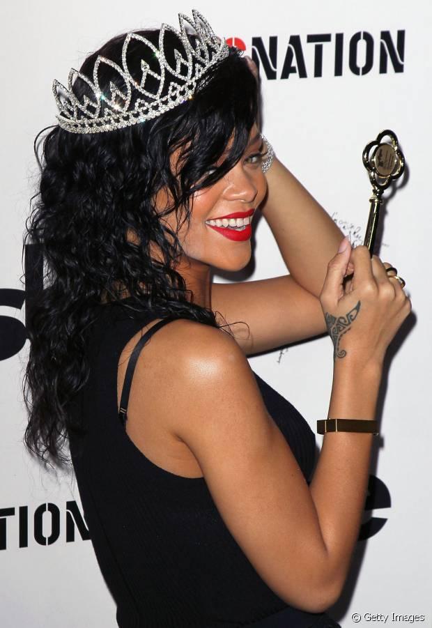Os cabelos pretos estão entre os preferidos de Rihanna