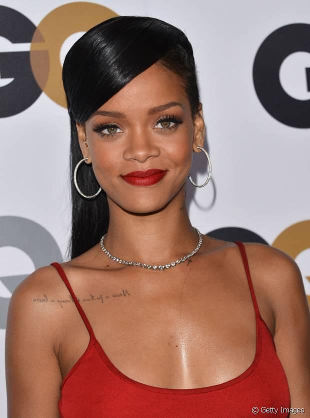 Rihanna tanbém já usou franjão lateral