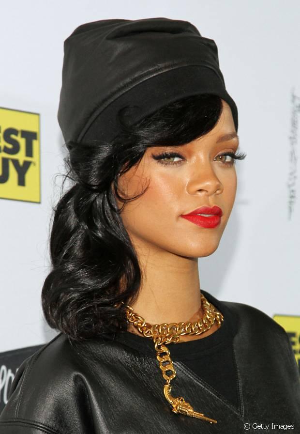 Rihanna também curte acessórios na cabeça com penteados elaborados