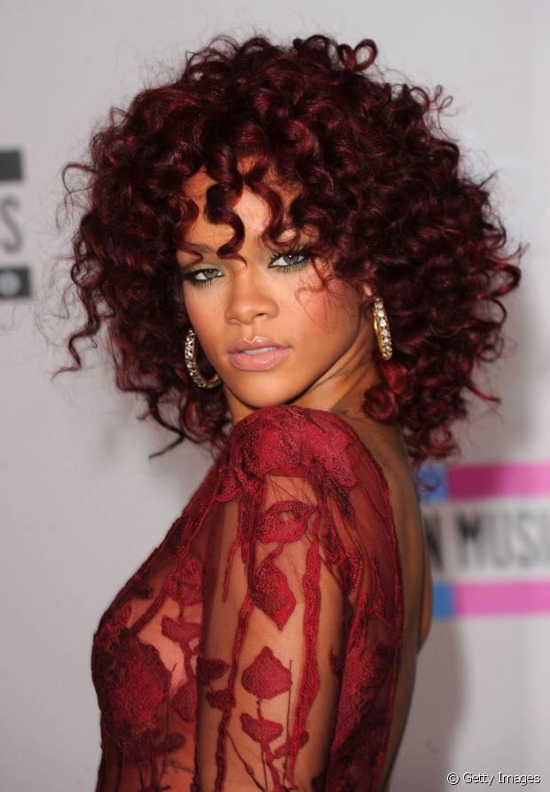 Rihanna também é fã de cachos