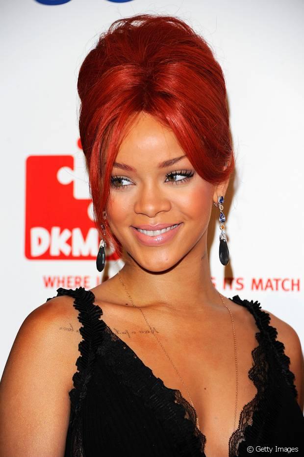 Em 2010, Rihanna manteve os cabelos vermelhos e apostou no coque com topete alto