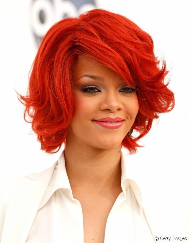Rihanna já teve cabelos no tom vermelho intenso