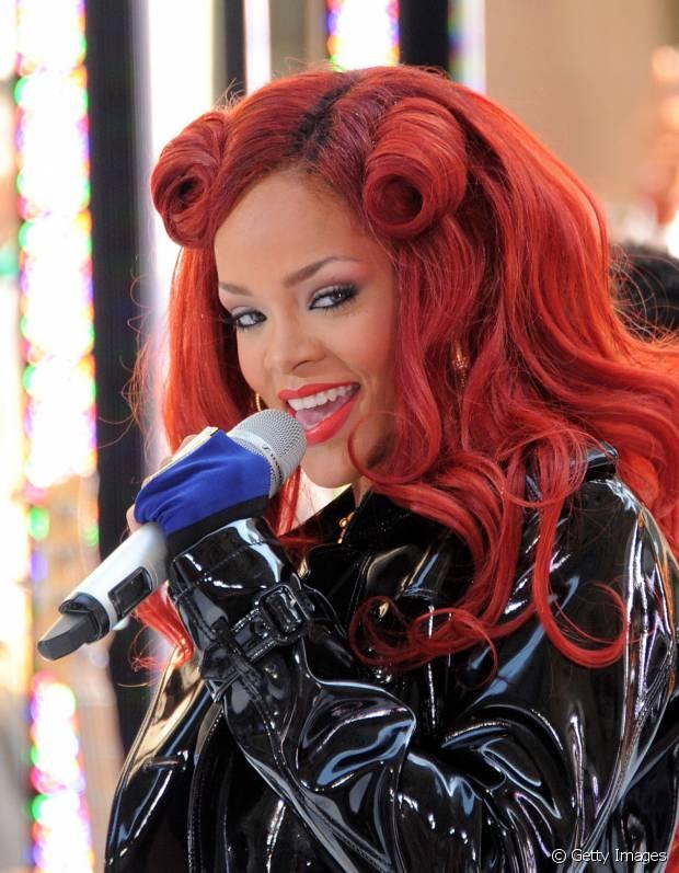 Rihanna ousou no penteado com seus cabelos vermelhos em 2011