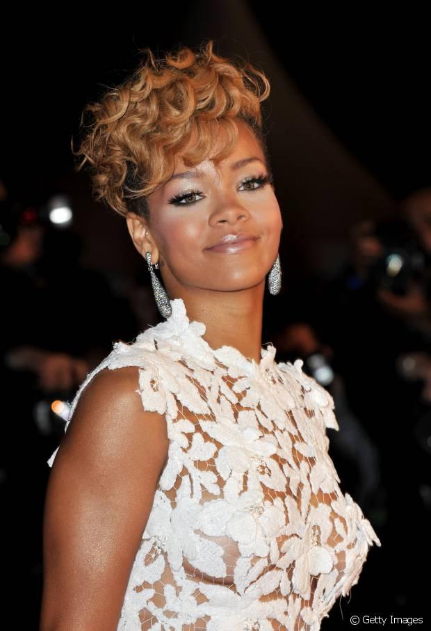 O loiro também está na cartela de nuances de Rihanna