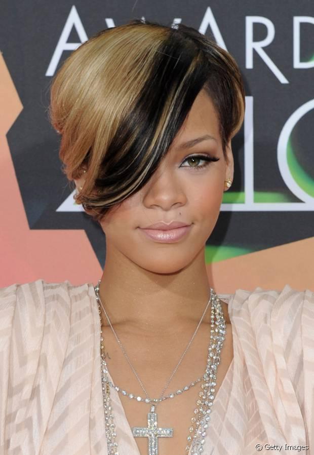 O franjão lateral também faz a cabeça de Rihanna. Em 2010, a cantora exibiu fios loiros com mechas pretas