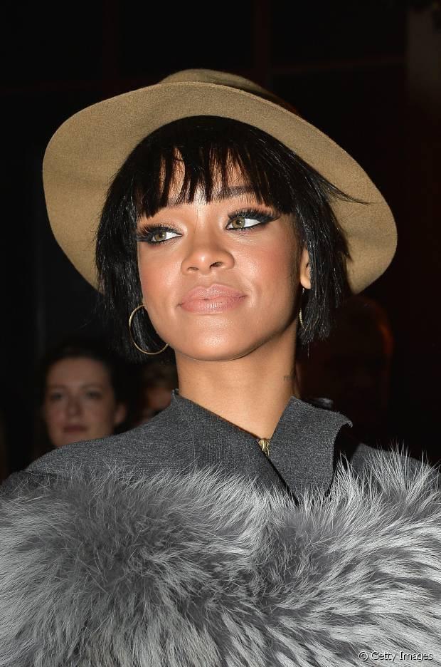 Rihanna apostou em um chapéu quando estava com os fios pretos e curtinhos, em 2014