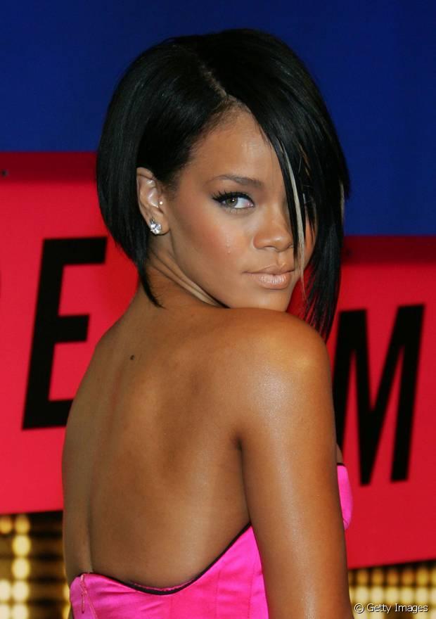 O corte assimétrico também já fez parte da história de Rihanna
