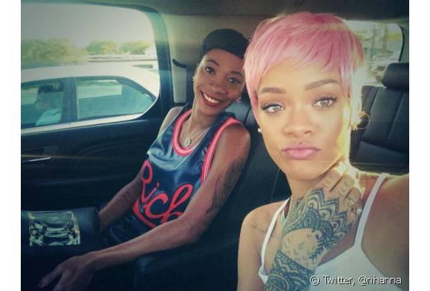 Em 2014, Rihanna se inspirou em Nick Minaj e coloriu os fios curtos de rosa