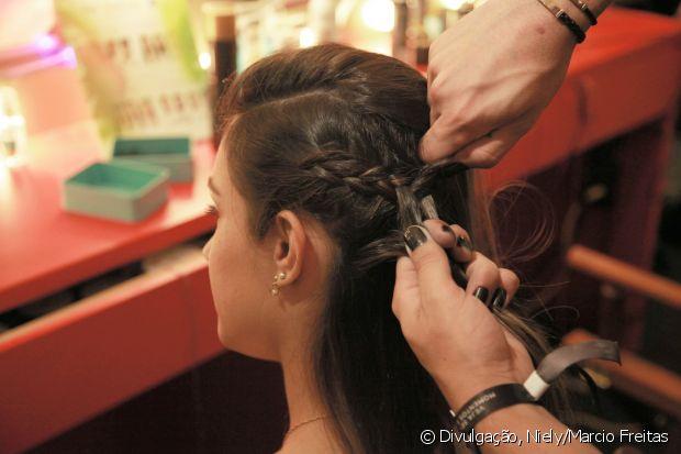 Para o penteado ficar bem bonito, a trança precisa ficar bem próxima à raiz