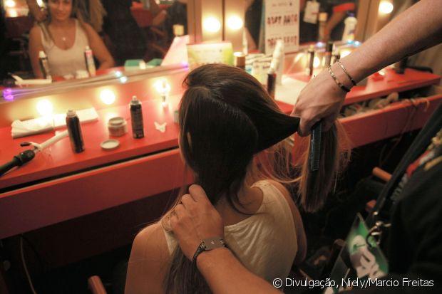 Separe a parte com mais cabelo para a segunda etapa, prendendo-a com grampos por baixo do cabelo