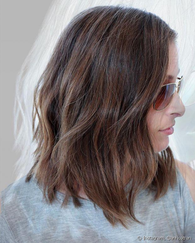 Torça mechas em todo o cabelo, prenda e espere secar para fazer o efeito!
