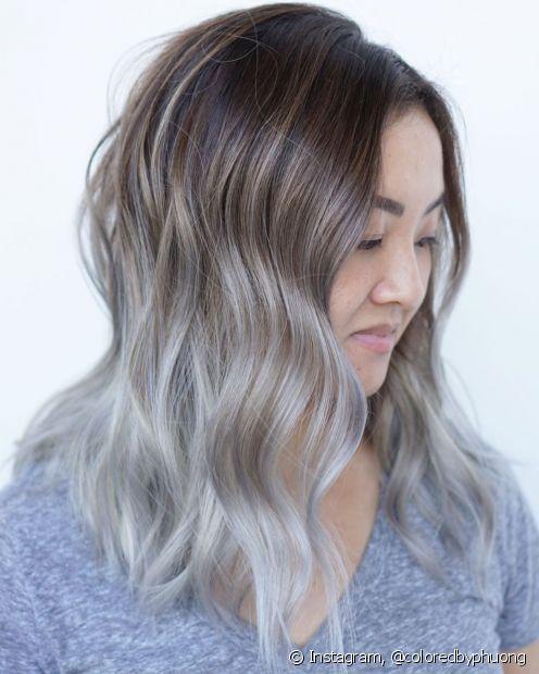 O ombré hair loiro platinado fica lindo até nos fios mais escuros (Foto: Instagram @coloredbyphuong)