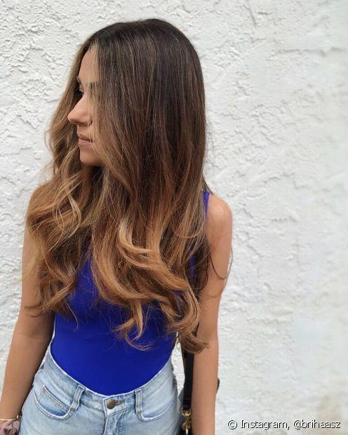 O ombré hair loiro mel é uma ótima aposta para donas de cabelos castanhos (Foto: Instagram @brihaasz)