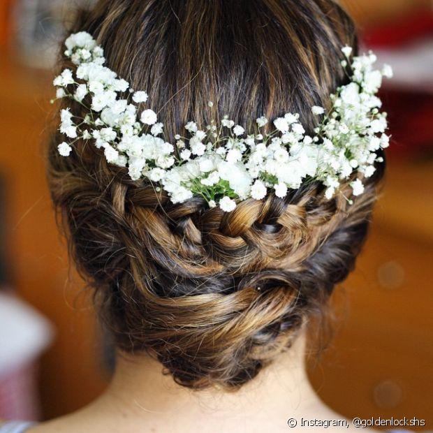 De uns tempos para cá, as flores ganharam os penteados das noivas modernas
