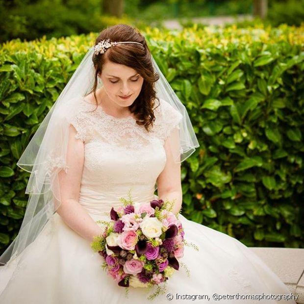 O uso do véu com o penteado lateral não dispensa a tiara lindíssima