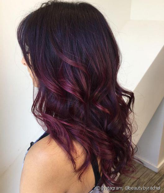 Quem prefere colorações bem escuras pode apostar no cabelo vermelho escuro marsala (Foto: Instagram @beauty.byrachel)