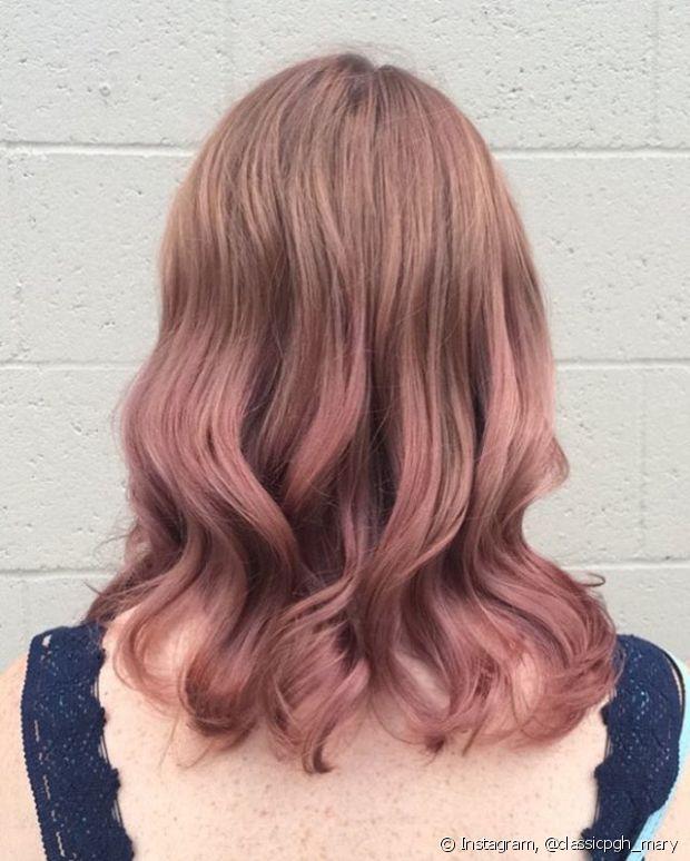 Com um cabelo loiro escuro também dá para investir no rosa