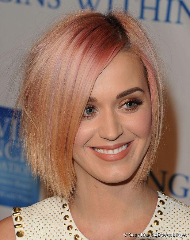 Depois da febre de cabelos coloridos (que ainda ficarão em nossos corações por muito tempo), um tom discreto tem feito a cabeça de famosas como a Katy Perry é o rosa gold