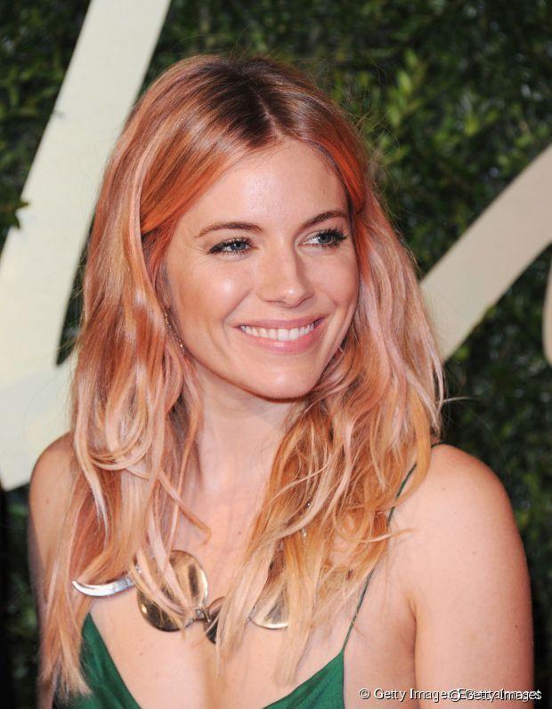 A atriz Siena Miller também se jogou na tendência do loiro com nuances cor de rosa