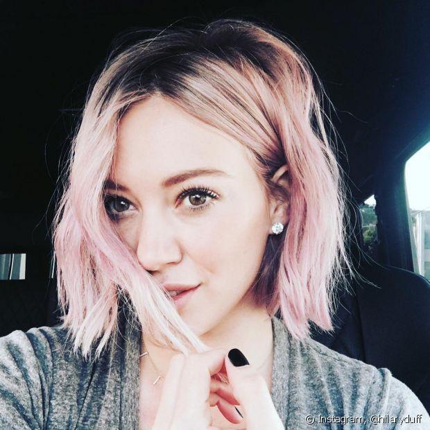 A cantora Hilary Duff já usou o rosa gold nos fios claros