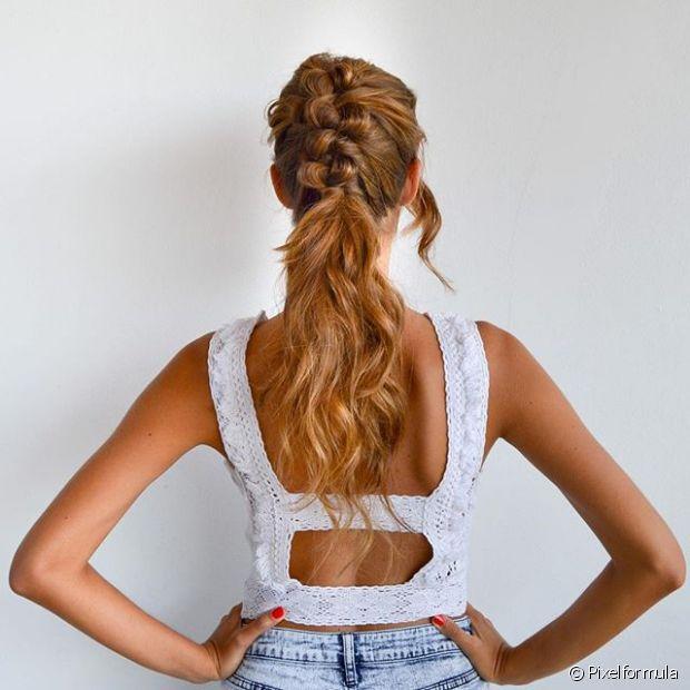 Esse estilo de trançar o cabelo até metade e terminar em rabo de cavalo é muito moderno