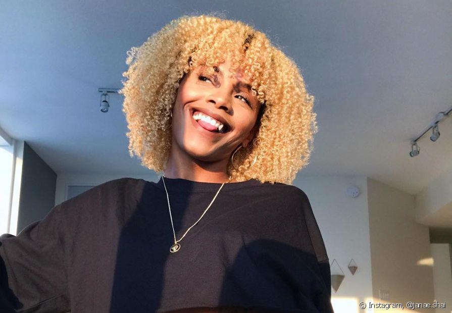 Negras com cabelo platinado podem aproveitar o novo estilo para testar novos produtos para cuidar dos fios (Foto: Instagram, @janae.shai)