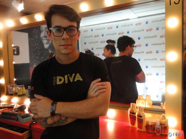 O cabeleireiro Rodrigo Antony coordenou uma equipe de 24 profissionais no stand Fique Diva, no Rock in Rio 2015, responsáveis pela ornamentação de penteados superestilosos