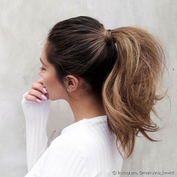 A franja também fica no lugar, presa ao restante do cabelo