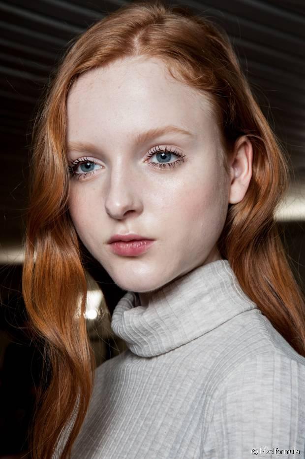 Por não terem pigmento, os cabelos brancos são mais resistentes à coloração e precisam de mais atenção na hora de pintá-los em casa