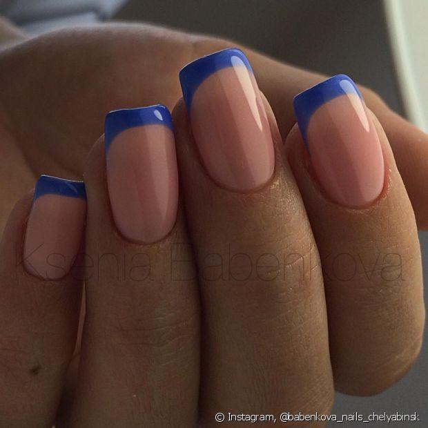 Você pode combinar o tom que quiser, mas para ser inglesinha, a pontinha do dedo deve ser colorida