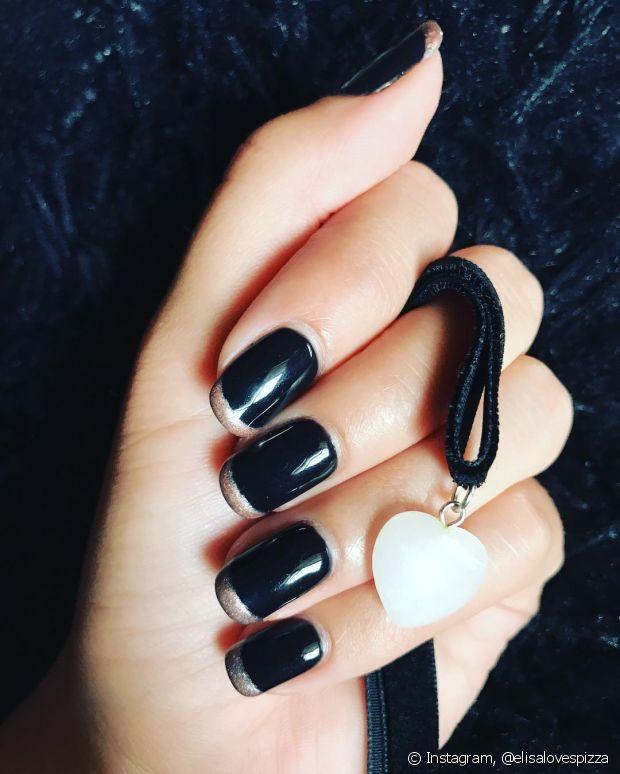 Combinar preto com dourado é mais comum do que imagina! Deixa a unha com um ar até mais sofisticado