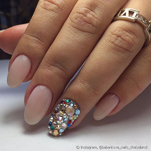 Com certeza, você já sonhou vendo aquelas fotos maras de unhas stiletto com pedras personalizadas