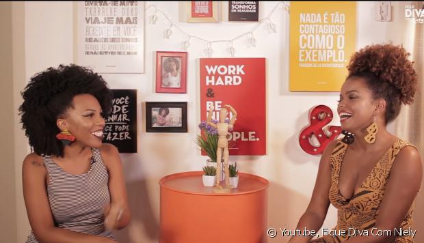 """Luany Cristina, do blog Diva do Black, e a atriz Jeniffer Nascimento entraram na brincadeira e gravaram a tag ''Uma palavra, uma música""""!"""