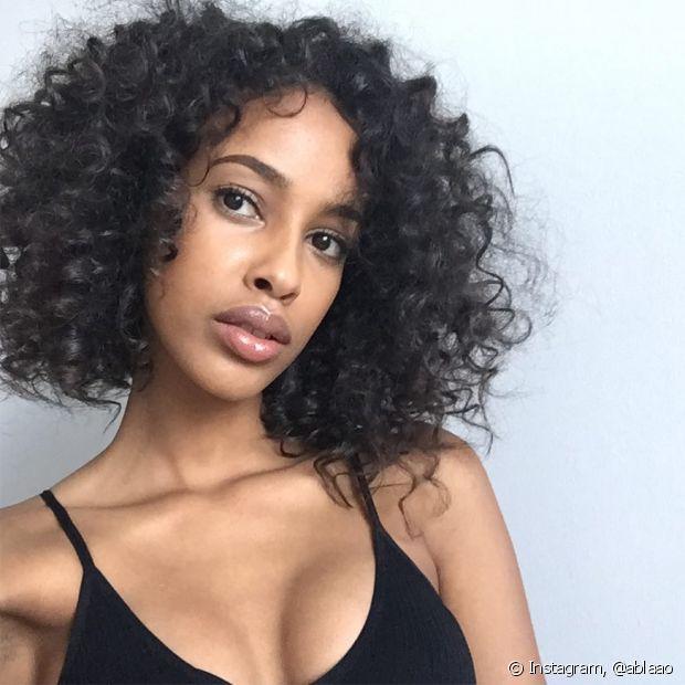 O óleo de coco é muito indicado para combater o ressecamento natural dos cabelos cacheados e crespos