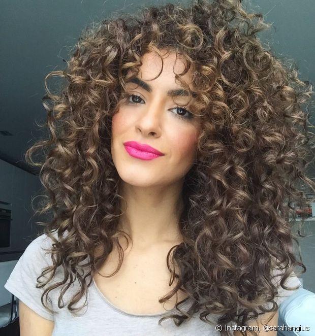 O corte em camadas distribui melhor o volume dos cabelos ondulados e ajuda na definição