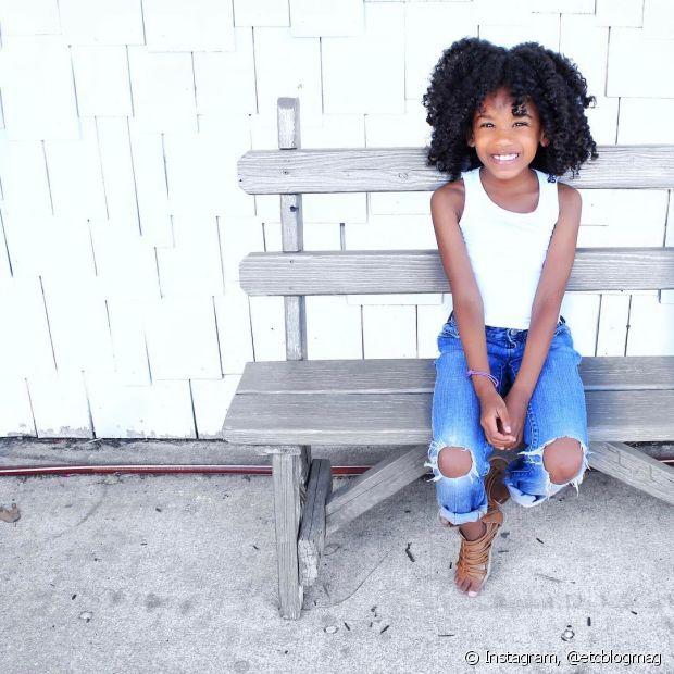 Use sempre produtos específicos para cabelos cacheados e que sejam correspondentes à faixa etária da sua filha