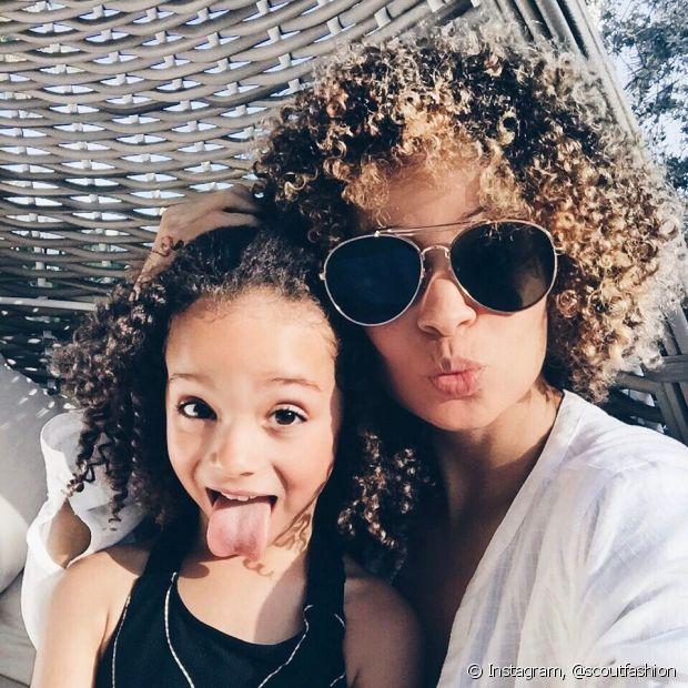 Mães e filhas estão assumindo os cabelos naturais, mas é preciso saber finalizar para dar forma aos cachinhos