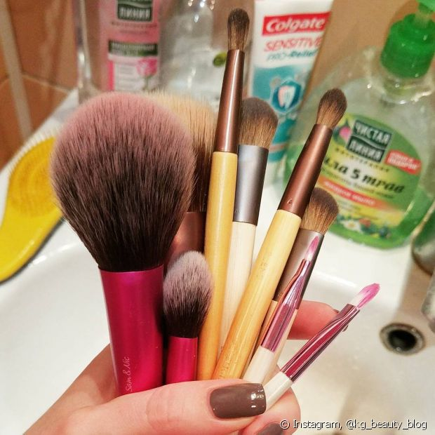 Lave seus pincéis com água e shampoo pelo menos duas vezes por mês