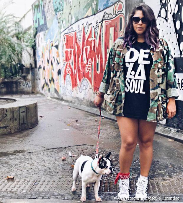 Com tênis e camiseta, a jaqueta militar deixa o look bem urbano e despojado