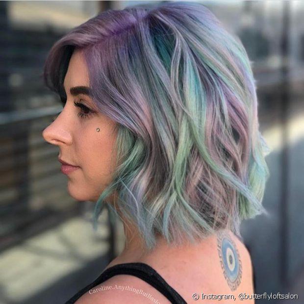 As mechas coloridas precisam que o cabelo seja loiro ou que passe por uma descoloração (Foto Instagram: @butterflyloftsalon)