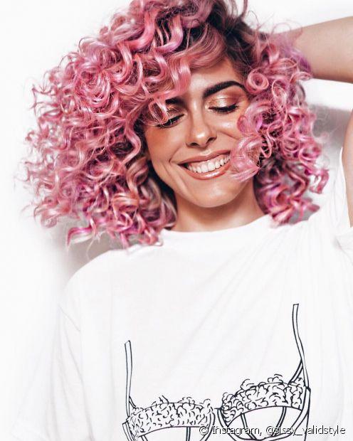 Mechas coloridas em cabelo escuro precisam que os fios estejam descoloridos (Foto Instagram: @sissy_validstyle)