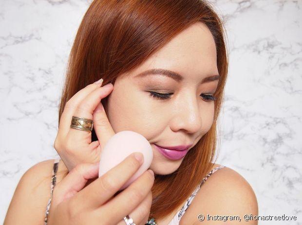 A esponja de maquiagem em forma de gota é perfeita pra alcançar os lugares grandes e os pequenos