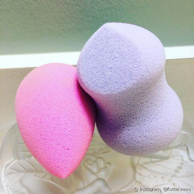 Molhe as esponjas para elas ficarem mais fofas e deixarem sua maquiagem mais natural