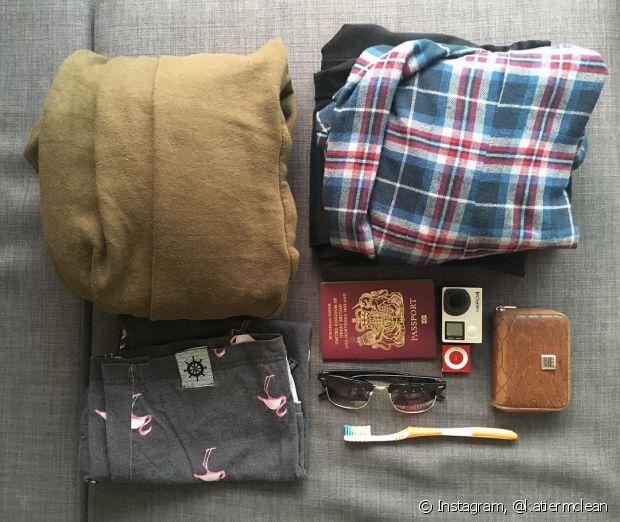 Coloque as roupas pesadas no fundo da mala para que ela feche mais facilmente