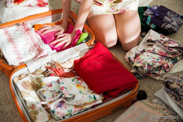 Não faça rolinhos com as roupas, dobre o minimo de vezes possível para não amassar e ocupar menos espaço