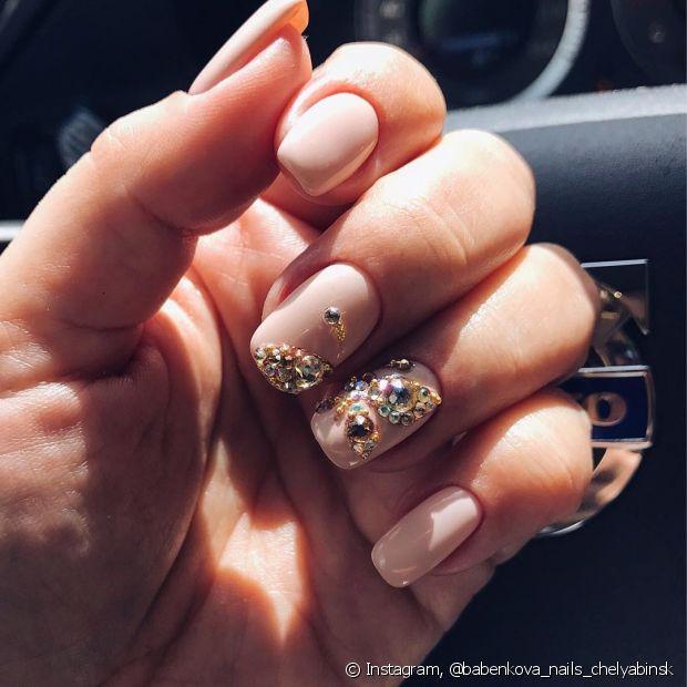 Estilize suas unhas usando as famosas nail art. As pedrinhas vão fazer toda diferença na pontinha dos seus dedos