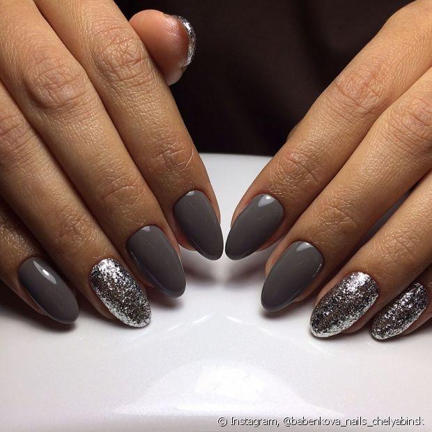 Os tons nude de cinza ficam lindos com o glitter prateado