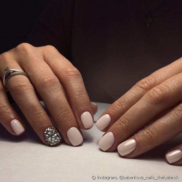 Você não precisa seguir uma ordem na hora de decorar suas unhas com a nail art