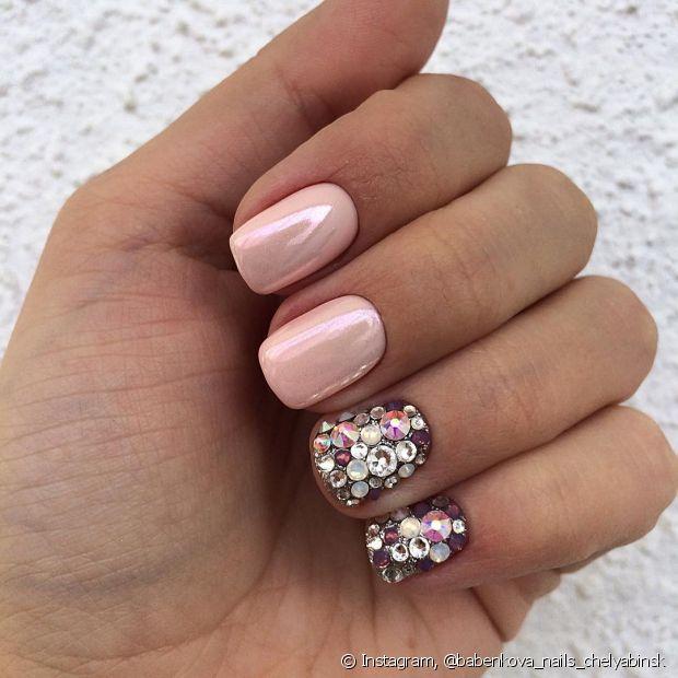 Use pedras coloridas para decorar sua nail art