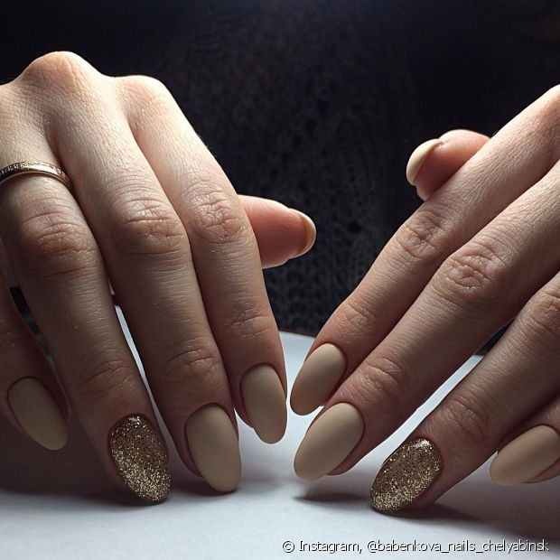 Use o glitter dourado na hora de decorar suas unhas! Brilhe muito